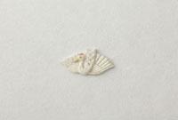 白い和紙の上に鶴 20041000299| 写真素材・ストックフォト・画像・イラスト素材|アマナイメージズ