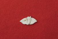 赤い和紙の上に鶴 20041000302| 写真素材・ストックフォト・画像・イラスト素材|アマナイメージズ