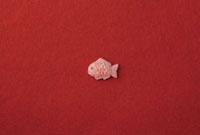 赤い和紙の上に鯛