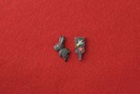 赤い和紙の上に黒い兎と黒い羽子板 20041000304| 写真素材・ストックフォト・画像・イラスト素材|アマナイメージズ