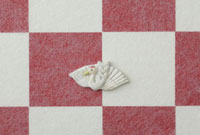 紅白の市松模様の上に鶴
