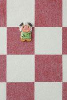 紅白の市松模様の上に達磨 20041000307| 写真素材・ストックフォト・画像・イラスト素材|アマナイメージズ