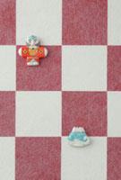 紅白の市松模様の上に獅子舞 20041000308| 写真素材・ストックフォト・画像・イラスト素材|アマナイメージズ