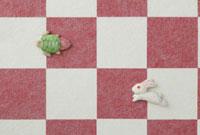 紅白の市松模様の上に亀と兎 20041000310| 写真素材・ストックフォト・画像・イラスト素材|アマナイメージズ