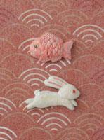 静海波の上に兎と鯛 20041000317| 写真素材・ストックフォト・画像・イラスト素材|アマナイメージズ