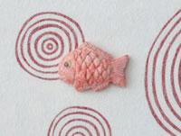 赤い渦の模様の上に鯛 20041000318| 写真素材・ストックフォト・画像・イラスト素材|アマナイメージズ