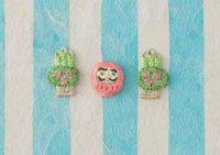 水色の縞模様の上に達磨と門松 20041000324| 写真素材・ストックフォト・画像・イラスト素材|アマナイメージズ
