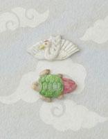 白とグレーの雲模様の上に鶴と亀 20041000325| 写真素材・ストックフォト・画像・イラスト素材|アマナイメージズ