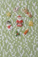 黄緑色の模様の上にクリスマスのアイテム