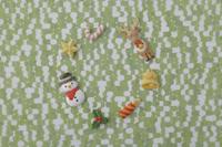 黄緑色の模様の上にクリスマスのアイテム 20041000412| 写真素材・ストックフォト・画像・イラスト素材|アマナイメージズ