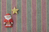 赤、黄、緑の縦縞の上にサンタと星