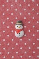 赤地に白の水玉模様の上に雪だるま 20041000431| 写真素材・ストックフォト・画像・イラスト素材|アマナイメージズ