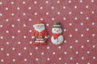 赤地に白の水玉模様の上にサンタと雪だるま 20041000433| 写真素材・ストックフォト・画像・イラスト素材|アマナイメージズ