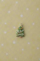 黄色地に白い星がある背景の上にクリスマスツリー