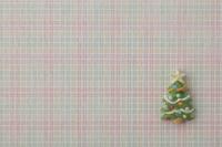 赤、緑、黄色のチェック柄の上にクリスマスツリー