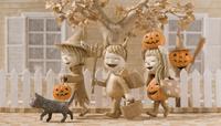 ハロウィンで仮装した三人の子供と黒猫