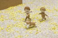 銀杏の落ち葉で埋まった石畳の道を走る二人の子供と犬 20041000486| 写真素材・ストックフォト・画像・イラスト素材|アマナイメージズ
