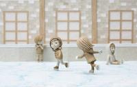 スケートをする子供達 20041000488| 写真素材・ストックフォト・画像・イラスト素材|アマナイメージズ