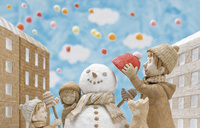 青空の下で雪だるまを作る男性と子供と犬 20041000493| 写真素材・ストックフォト・画像・イラスト素材|アマナイメージズ
