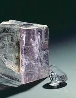 Kunzite crystal and cut stone 20047000665| 写真素材・ストックフォト・画像・イラスト素材|アマナイメージズ