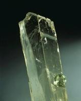 Spodumene crystal and cut stone 20047000666  写真素材・ストックフォト・画像・イラスト素材 アマナイメージズ