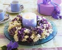 Wreath of hydrangeas and sea lavender around blue candle 20052008154| 写真素材・ストックフォト・画像・イラスト素材|アマナイメージズ