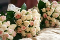 Bouquets of roses for the bridesmaids
