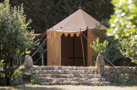 Tent on a garden terrace with natural stone steps 20052011471| 写真素材・ストックフォト・画像・イラスト素材|アマナイメージズ