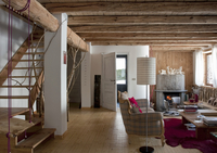 Open-plan living room with rustic wood-beamed ceiling and fo 20052012134| 写真素材・ストックフォト・画像・イラスト素材|アマナイメージズ