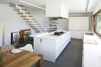 Purist designer kitchen in white with black slate floor 20052012175| 写真素材・ストックフォト・画像・イラスト素材|アマナイメージズ