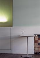 Wine glass on simple side table 20052012355| 写真素材・ストックフォト・画像・イラスト素材|アマナイメージズ