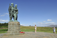 Tourists taking pictures in front of the Commando Memorial, bronze monument by Scott Sutherland to commemorate the commando unit 20053014436| 写真素材・ストックフォト・画像・イラスト素材|アマナイメージズ