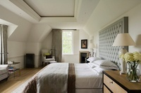 Bed with button tufted headboard in bedroom with coffered ce 20054001061| 写真素材・ストックフォト・画像・イラスト素材|アマナイメージズ
