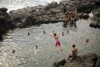 Girl Dives Into A Bay Of Water, Filled With Other Swimmers 20055005460| 写真素材・ストックフォト・画像・イラスト素材|アマナイメージズ