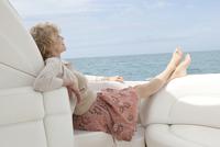 Woman Laying On Edge Of Boat. 20055009986| 写真素材・ストックフォト・画像・イラスト素材|アマナイメージズ