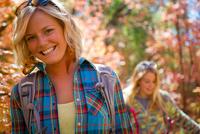 girl friends in the fall trees, Salt Lake City, Utah. 20055012324| 写真素材・ストックフォト・画像・イラスト素材|アマナイメージズ