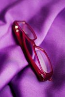 Red spectacles on purple cloth 20055017213  写真素材・ストックフォト・画像・イラスト素材 アマナイメージズ