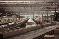 Conveyor belt at a sorting facility/distribution warehouse. 20055017268| 写真素材・ストックフォト・画像・イラスト素材|アマナイメージズ