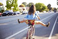 A girl riding her bike in Venice 20055017554  写真素材・ストックフォト・画像・イラスト素材 アマナイメージズ