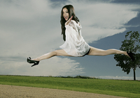 balancing act 20055018165| 写真素材・ストックフォト・画像・イラスト素材|アマナイメージズ