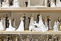 A variety of bride and groom figurines on shelves. 20055019587  写真素材・ストックフォト・画像・イラスト素材 アマナイメージズ