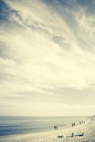 People walking by on the beach, kinky yellow faded look 20055022944| 写真素材・ストックフォト・画像・イラスト素材|アマナイメージズ