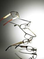 Still life of various floating glasses from the side. 20055023098  写真素材・ストックフォト・画像・イラスト素材 アマナイメージズ