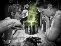Two boys not liking the smell of cooking 20055023600| 写真素材・ストックフォト・画像・イラスト素材|アマナイメージズ