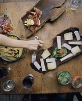 A woman enjoys Savoie charcuterie and cheeses, including Reblochon Fermier, Persill_, and Tomme at a restaurant in the Haute Sav 20055024587| 写真素材・ストックフォト・画像・イラスト素材|アマナイメージズ