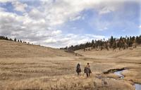 Cowboys riding with creek 20055024659| 写真素材・ストックフォト・画像・イラスト素材|アマナイメージズ