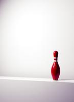 A single red bowling pin sitting on a shelf. 20055025074| 写真素材・ストックフォト・画像・イラスト素材|アマナイメージズ