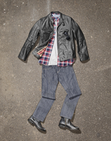 Clothing styled to look like a body laying on a concrete surface 20055025558  写真素材・ストックフォト・画像・イラスト素材 アマナイメージズ