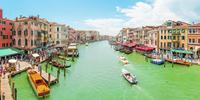 Venecian summer days as seen from the popular Rialto Bridge 20055032683| 写真素材・ストックフォト・画像・イラスト素材|アマナイメージズ