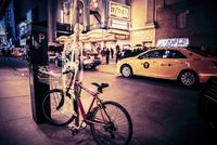 Skeleton on a bike in Manhattan for Halloween 20055032943| 写真素材・ストックフォト・画像・イラスト素材|アマナイメージズ